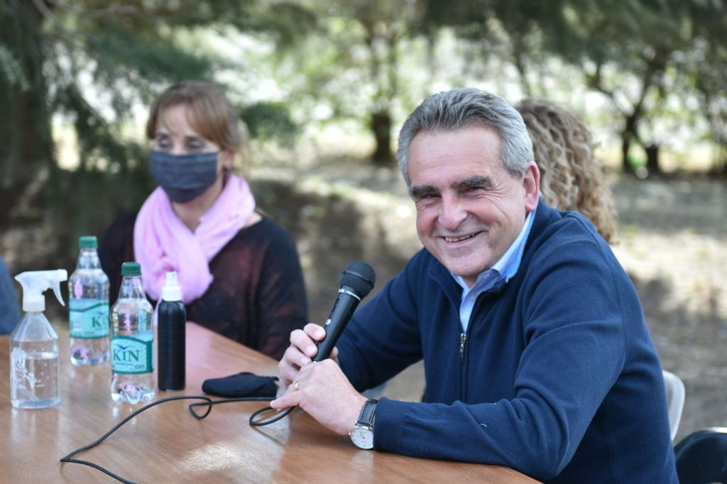 Rossi sonriendo en campaña.